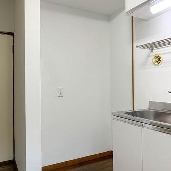 キッチンの左に冷蔵庫置き場があります。