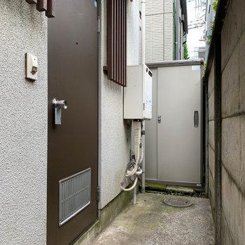 勝手口のような扉が玄関です