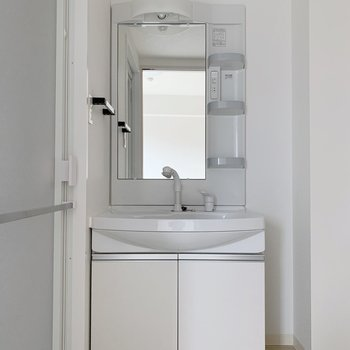 洗面台も大きめでした。収納もたっぷりできるサイズ。(※写真は2階の反転間取り別部屋のものです)