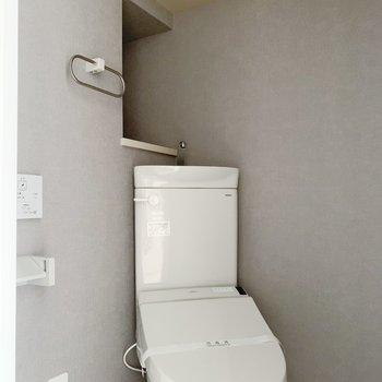 トイレにも棚…!細かい収納は嬉しいポイント。(※写真は2階の反転間取り別部屋のものです)