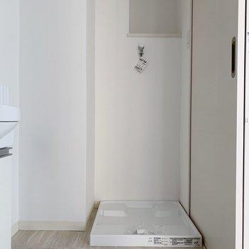 洗濯機置場の奥には洗剤やら置けそう◎(※写真は2階の反転間取り別部屋のものです)