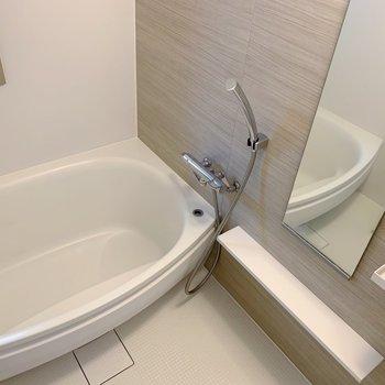 お風呂には窓付きで換気もしっかりできます◎(※写真は2階の反転間取り別部屋のものです)