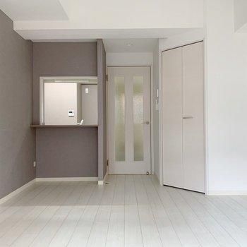 キッチンの窓は引き戸が付いていて、閉めることができます。(※写真は2階の反転間取り別部屋のものです)