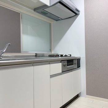 冷蔵庫を置くスペースは向かい側。すっぽり収まりそうな感じです。(※写真は2階の反転間取り別部屋のものです)