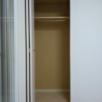 [4.5帖洋室]洋服なども畳まずに入れられるハンガー掛け付きですよー。