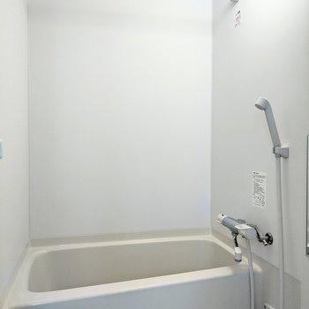 ホワイトできれいな空間。洗濯物干しもついています。