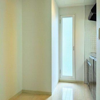 キッチン裏側は冷蔵庫を置いても大丈夫なスペース。窓付いているので明るさ◎