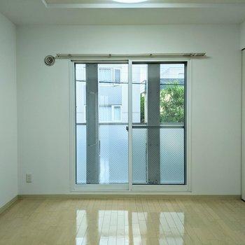 [4.5帖洋室]窓は北向きです。優しい光が差し込みます。