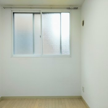 [4.8帖洋室]窓は少し高めの場所にあります。