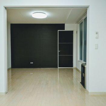 [4.5帖洋室]ベランダからのお部屋の眺め。1部屋のように使うこともできますよ。