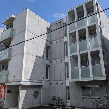 コンクリ造りの建物。