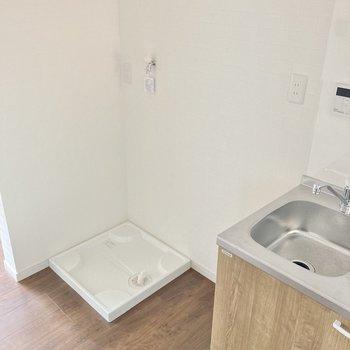お隣には冷蔵庫置き場。そして洗濯機置き場。