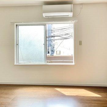 窓は南向き。たっぷりの光がお部屋に降り注ぎます。