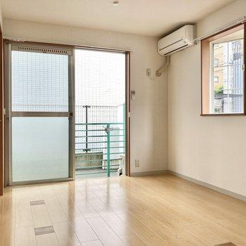 洋室は6.4帖と普通サイズ。出窓には小さな植物を飾っちゃおうかな。