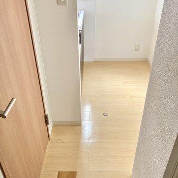 キッチンは玄関から一直線。後ろには大きめの冷蔵庫も置けそうですよ。