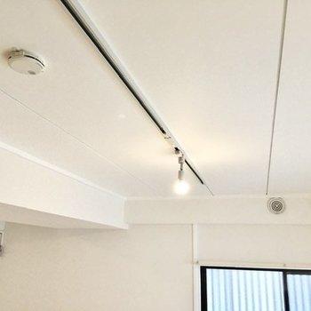 天井にはライティングレールが。お好みで照明を付け足してみてください。※写真は前回募集時のもの