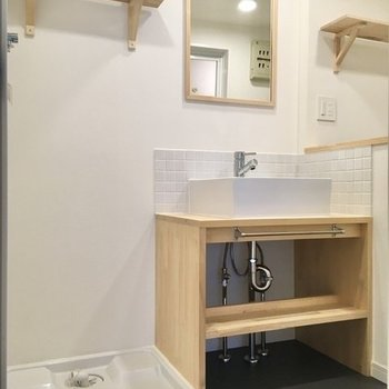 左手から、洗濯機置き場と洗面台。タオルや洗剤は上部のラックへ※写真は前回募集時のもの