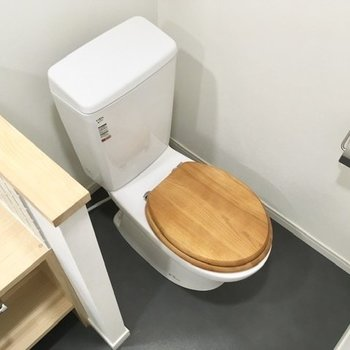 トイレはその奥にあります、木製の便座が素敵です※写真は前回募集時のもの