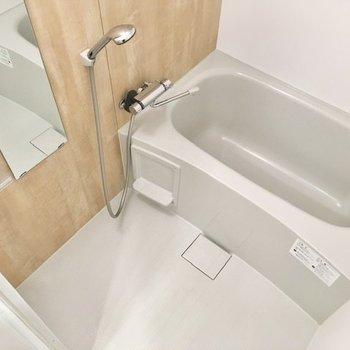 浴室はシンプルなデザイン。シャンプーラックにバス用品を置いておきましょう※写真は前回募集時のもの