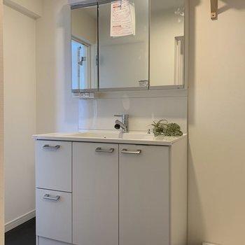 【完成イメージ】洗面台は新品に交換!鏡も収納になっているので、使い勝手がいい♬
