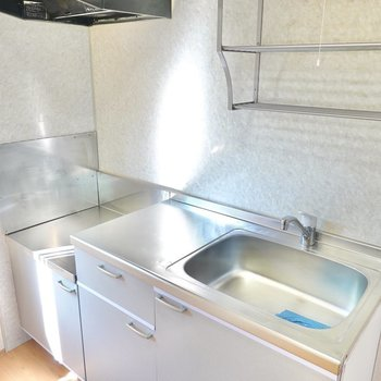コンロは持ち込み式ですが、シンクと調理スペースが広く、乾燥棚もついています。(※写真は1階の同間取り別部屋のものです)