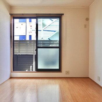 約6帖の洋室。寝室にも個人の部屋にも使える広さ。(※写真は1階の同間取り別部屋のものです)