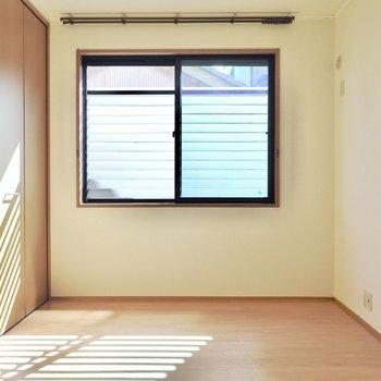お次は約5帖の洋室。差し込む光のカタチが素敵…!(※写真は1階の同間取り別部屋のものです)