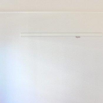 壁面にはフック付きのピクチャーレールも装備。(※写真は1階の同間取り別部屋のものです)