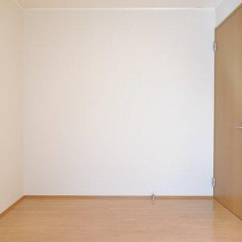 ドア側にはチェストやシェルフを置いてさらなる収納に。(※写真は1階の同間取り別部屋のものです)