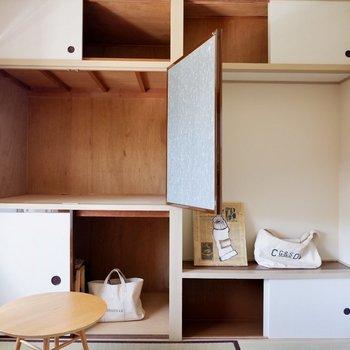 【和室4.5帖】こちらも壁一面が収納スペースです。