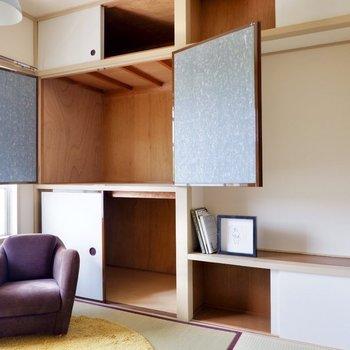 【和室4.5帖】壁一面に収納があります。