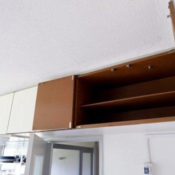 【DK】更に上には普段使わないキッチン家電などを入れられる収納があります。