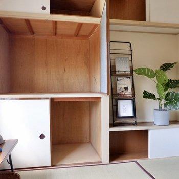 振り返ると壁1面に収納スペースが。レトロかつ、独特なおもむきを感じます。