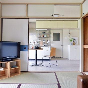 引き戸と壁の角にテレビを置くと空間を有効活用できそうですね。