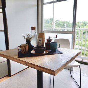 カフェテーブル一脚でスマートに。更に広々と空間を使えますよ。