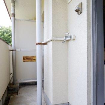 洗濯機置場はバルコニーです。