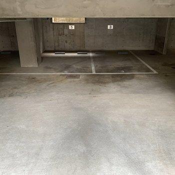 地下に駐車場がありました。