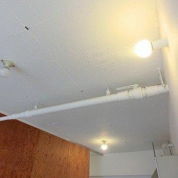 丸電球にむき出しパイプがクール※写真は同間取り、別部屋のもの