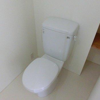 洗面台と一緒の空間に※写真は同間取り、別部屋のもの