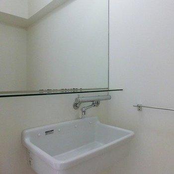 陶器の洗面台※写真は同間取り、別部屋のもの