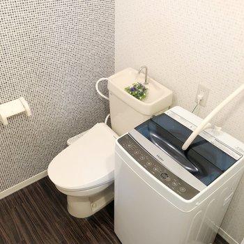 トイレは脱衣所にあります。(※写真の家電は見本です)