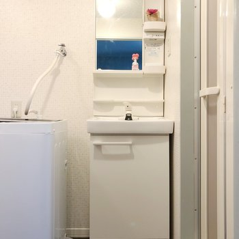 真っ白な洗面台は毎朝使うからこそ嬉しいポイント!