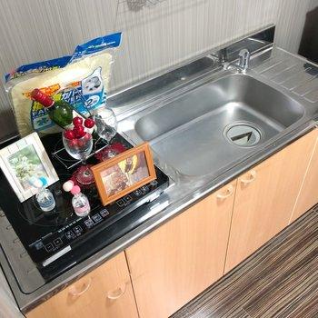 キッチンは清潔感があり、IHコンロ2口ついてますよ。(※写真の小物は見本です)