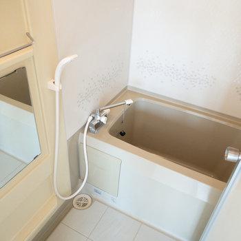 深めの浴槽でゆったりしてくださいね!