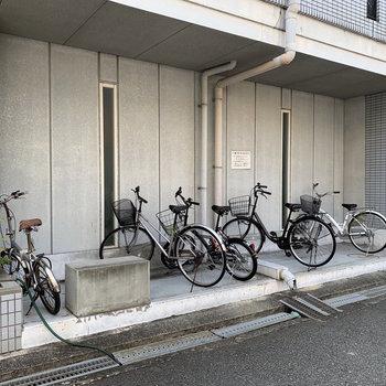 駐輪場は玄関横にあります。