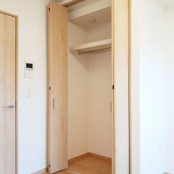 クローゼットはたっぷりと入る大きさ。※写真は2階の同間取り別部屋のものです