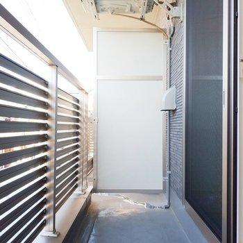 バルコニーは優しく風が入ってきます。※写真は2階の同間取り別部屋のものです