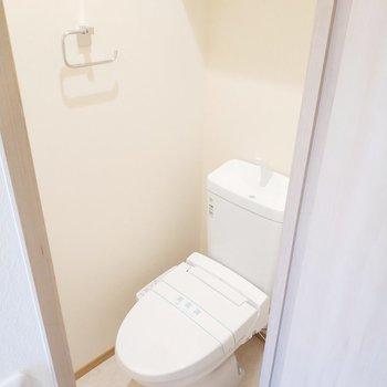 トイレは別のお部屋で嬉しいなぁ◎※写真は2階の同間取り別部屋のものです