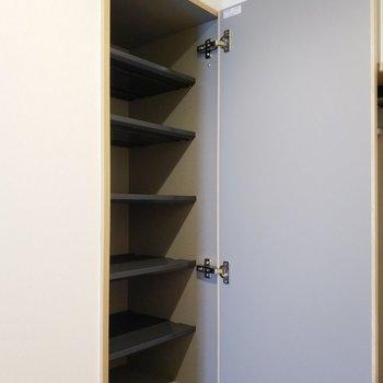 シュークローゼットは奥深くまで◎ 下段にも同じ大きさのはもう1つあります。※写真は2階の同間取り別部屋のものです