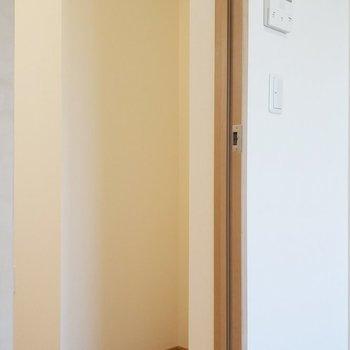 後ろには冷蔵庫が置けます。※写真は2階の同間取り別部屋のものです